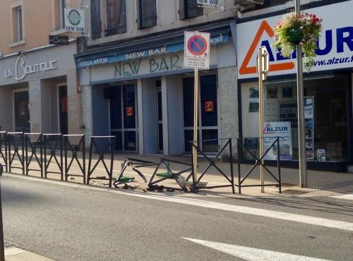 Decazeville - Rue Cayrade - barrières renversée.jpg
